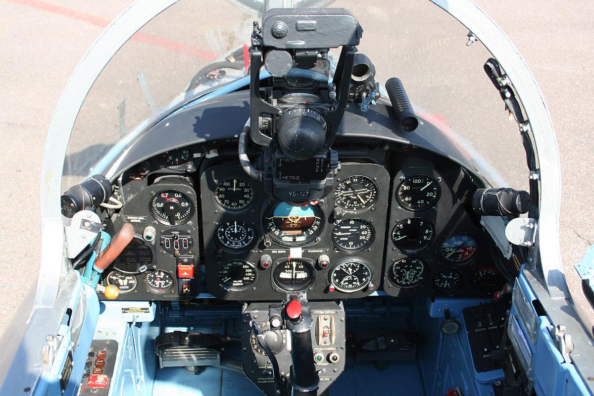 Передняя кабина самолёта L-29