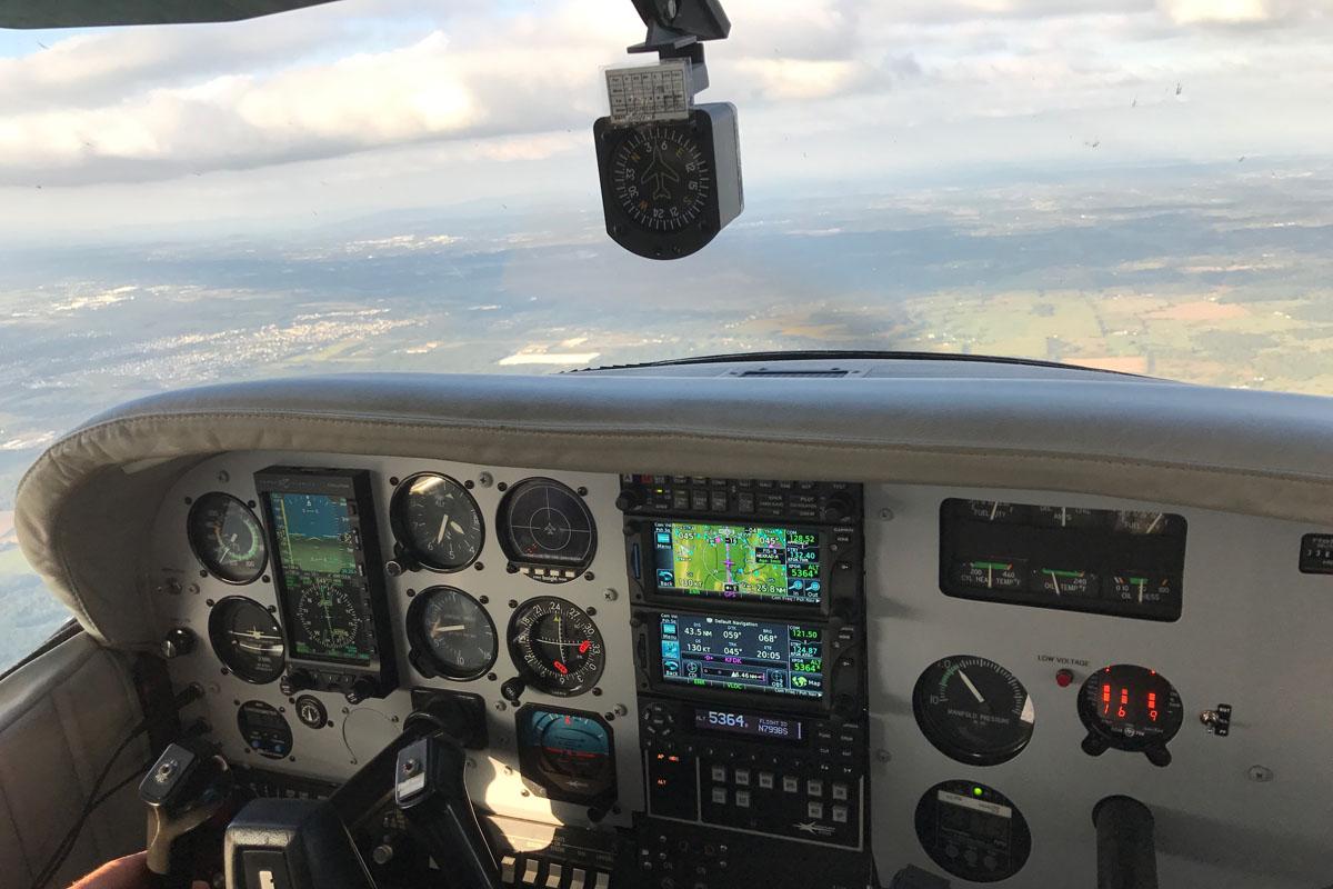 Приборная панель кабины Cessna 182