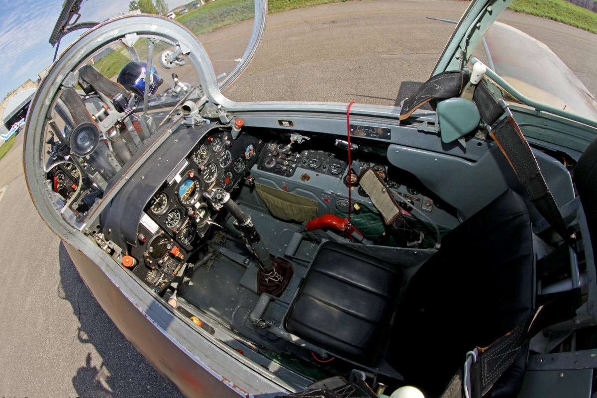 Задняя кабина самолёта L-29